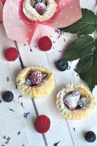 Für schnelles Partyglück: Beerenkörbchen mit fruchtiger Füllung