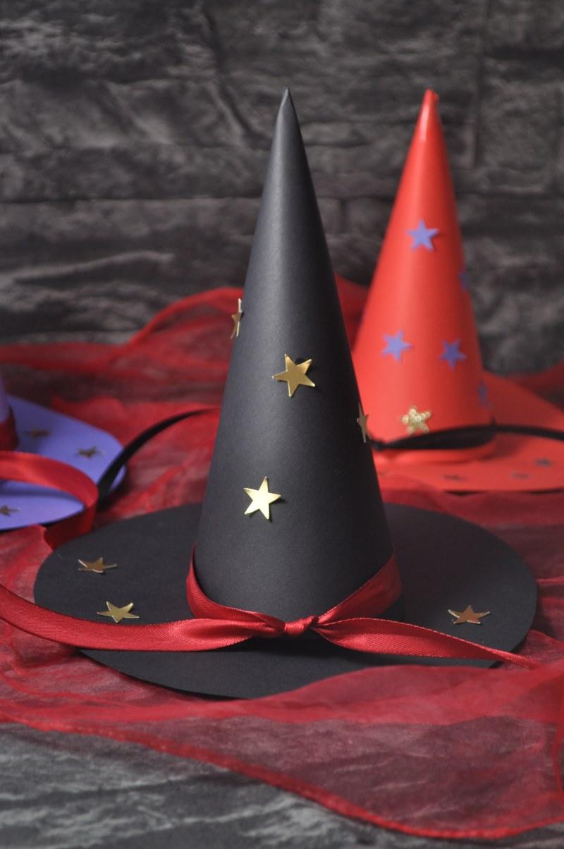 Die kleine Hexe - Bastelidee: einfache Hexenhüte aus Tonkarton für Hexenpartys, Kindergeburtstage, Märchenpartys und vieles mehr.