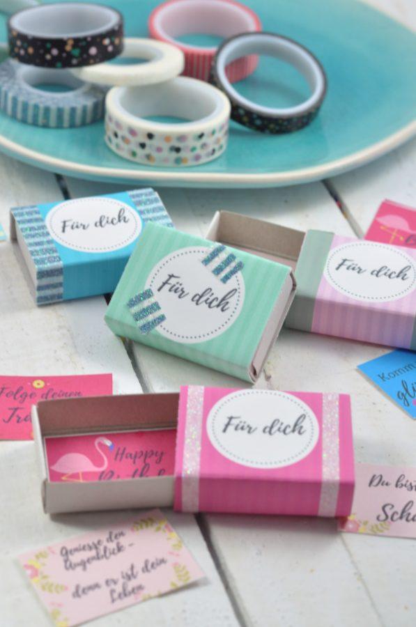 Streichholzschachteln mit kreativem Inhalt: ob Geburtstagsgruß oder kleines Geschenkbeilage: mit diesem DIY machst du aus einfachen Streichholzschachteln kreative Grüße! Die Vorlagen bekommst du auf dem Blog zum Download!