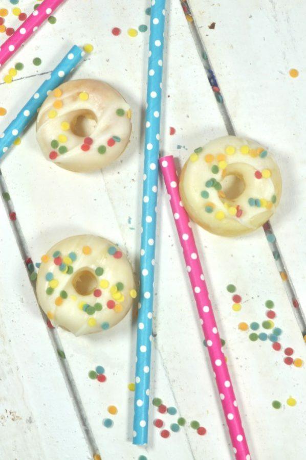Rezept für Mini-Donuts: ob im Backblech oder Minidonuts aus dem Donutsmaker: dieses Rezept ist einfach und superlecker! Perfekt für Partys, Kindergeburtstage oder Fingerfood.