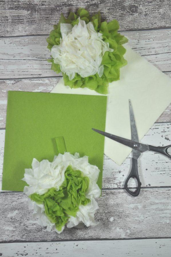 Papierblumen aus Papier basteln: die Schritt für Schritt Anleitung erklärt dir wie du die Papierblumen ganz einfach basteln kannst. Du brauchst nur zwei Servietten und eine Schere. Perfekte DIY Idee für Geschenke aufzuwerten oder als Deko.