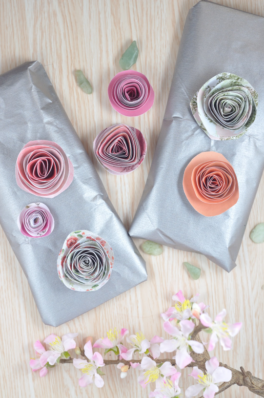 Aus buntem Papier kannst du ganz einfach wunderschöne Blumen basteln. Die DIY Idee ist einfach und zaubert ein wenig Frühling in dein Haus. Aber auch Geschenke kannst du mit den Papierblumen verzieren.